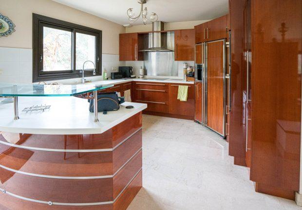 Cuisine ouverte Villa L'Amiral à Ploemel en bretagne